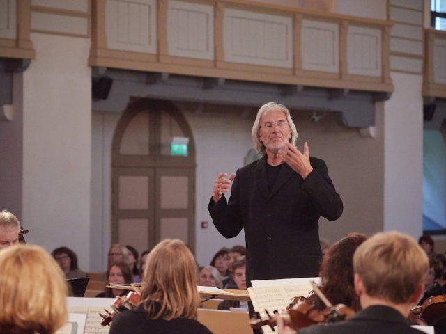 Tallinna Kammerorkester annab kontserdi koos oma esimese dirigendi Tõnu Kaljustega